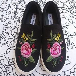 STEVE MADDEN slip on floral embroidered toe
